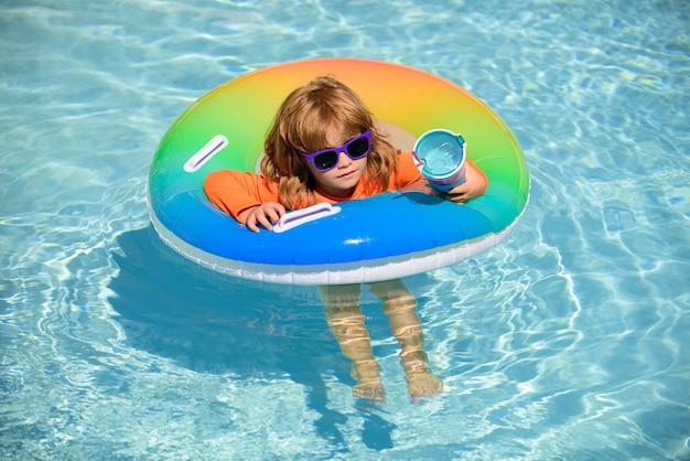 Criança fofa de férias de verão na piscina