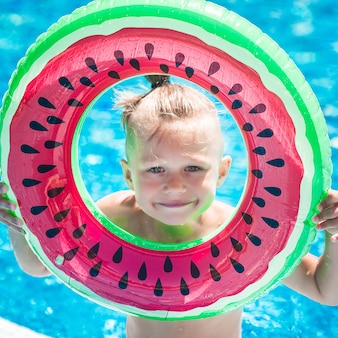 Criança fofa na piscina