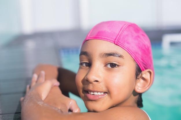 Criança fofa nadando na piscina