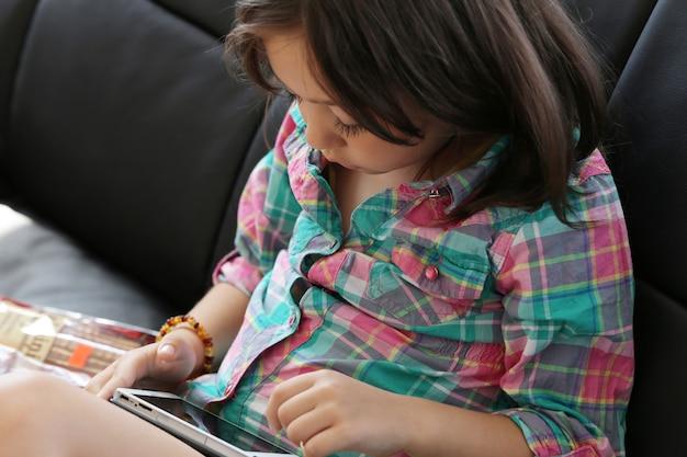 Criança fofa usando tablet