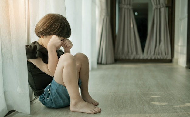 Criança foi intimidada, criança triste e infeliz, criança asiática estava chorando, chateada, sentir-se doente