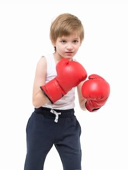 Criança forte desportiva boxe em luvas vermelhas