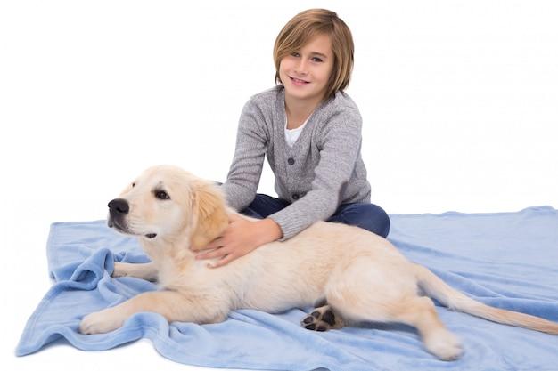 Criança, friccionar, seu, cão, mentindo, ligado, um, cobertor