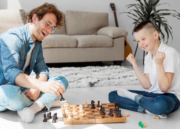Criança ganhando um jogo de xadrez