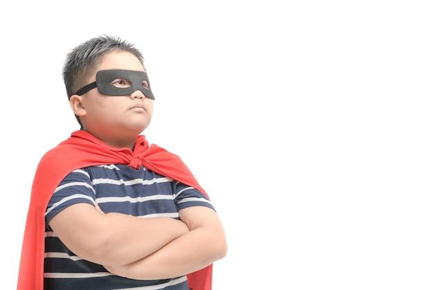 Criança gorda joga super-herói isolado no branco