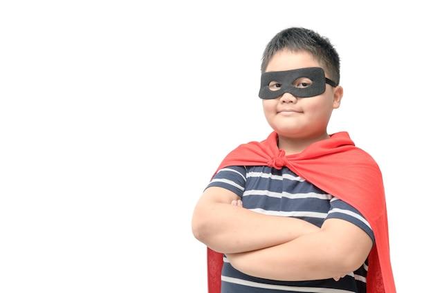Criança gorda joga super-herói isolado