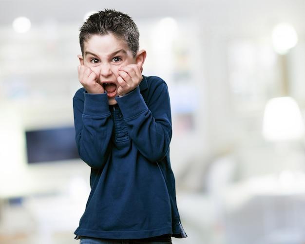 Criança gritando com medo