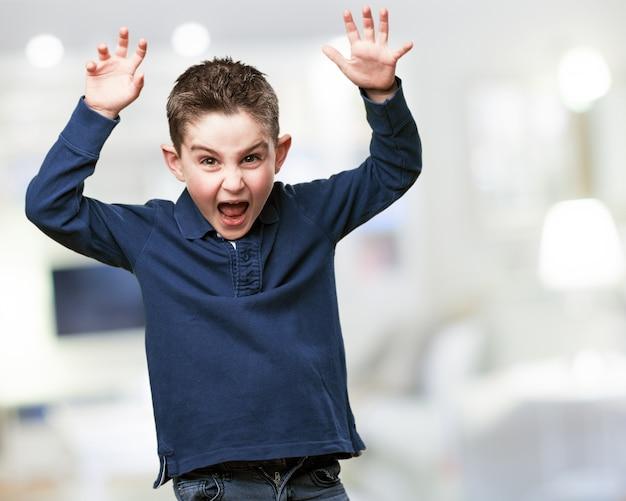 Criança gritando com os braços levantados