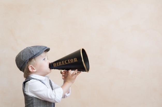 Criança gritando no megafone antigo