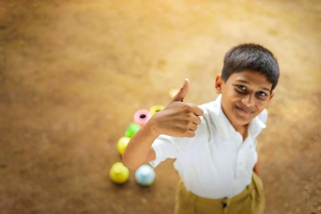 Criança índia fofa brincando no campo