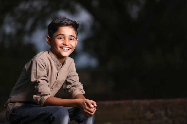 Criança indiana / asiática fofa feliz