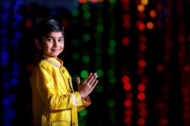 Criança indiana bonita no desgaste tradicional