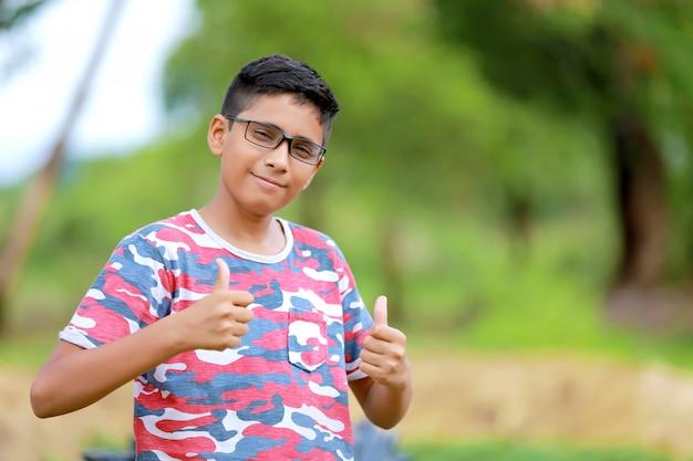 Criança indiana de óculos