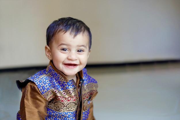 Criança indiana em desgaste tradicional