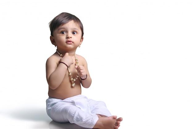 Criança indiana em dhoti tradicional