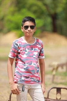 Criança indiana em óculos de sol