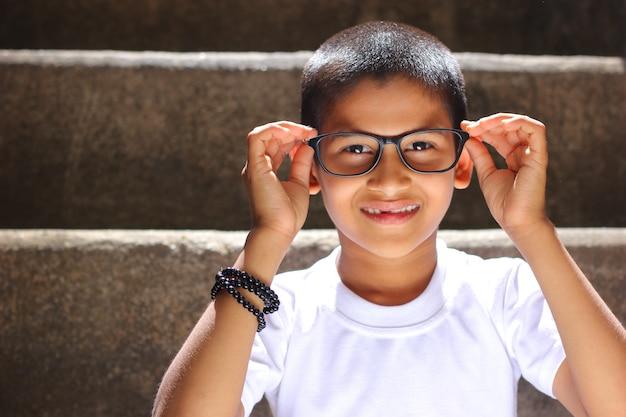 Criança indiana em óculos