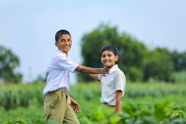 Criança indiana fofa brincando no campo verde