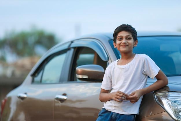 Criança indiana fofa com carro
