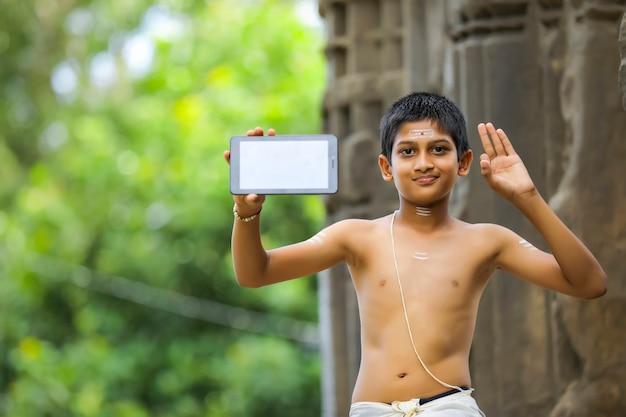 Criança indiana fofa com tablet