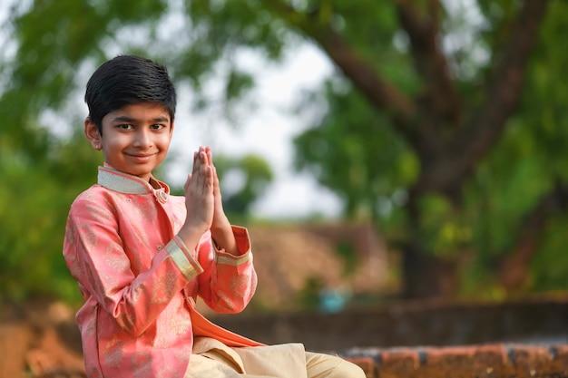 Criança indiana fofa em trajes tradicionais