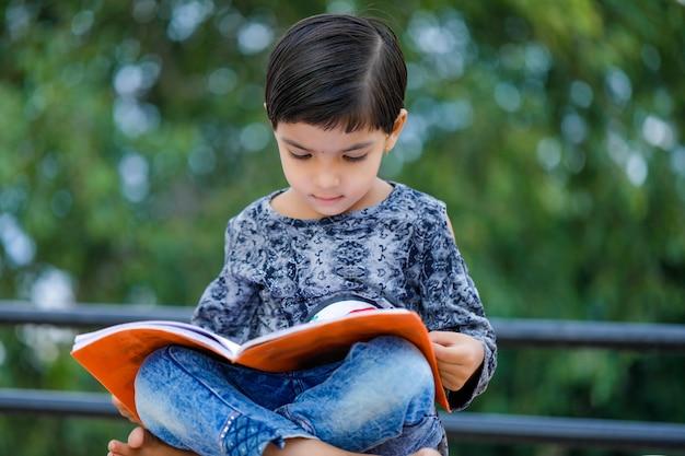 Criança indiana fofa estudando