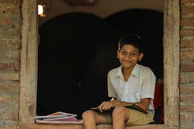Criança indiana fofa fazendo o dever de casa