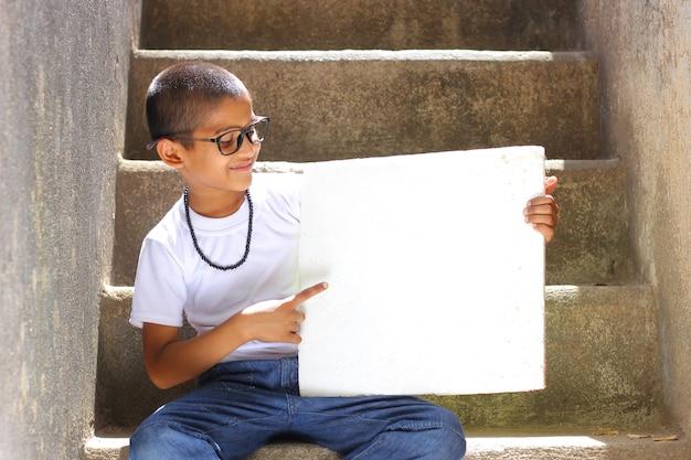Criança indiana, mostrando, tábua