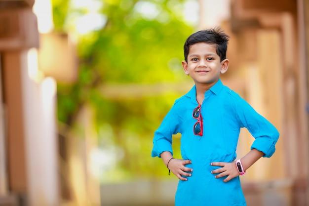 Criança indiana na roupa tradicional