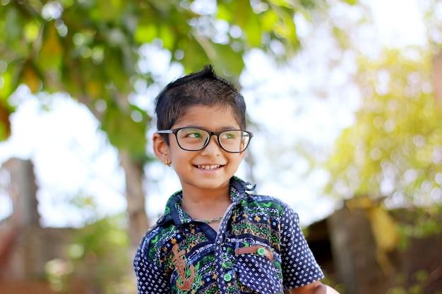 Criança indiana usando óculos
