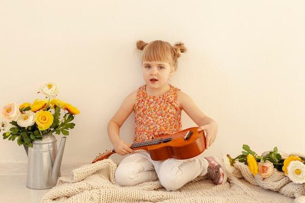 Criança inocente, segurando a guitarra