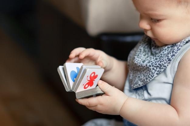 Criança interessada olha para um livro, close-up.
