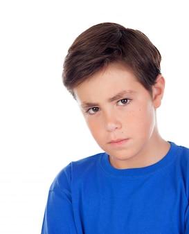 Criança irritada com dez anos de idade e t-shirt