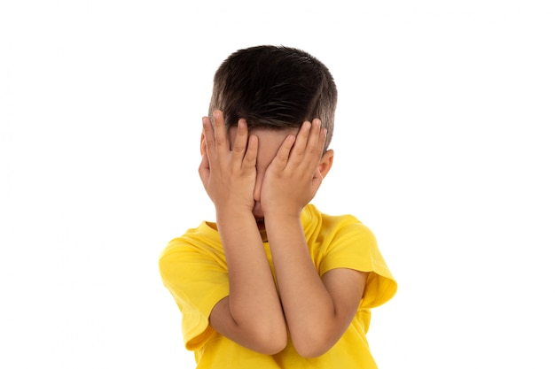 Criança irritada com t-shirt amarela