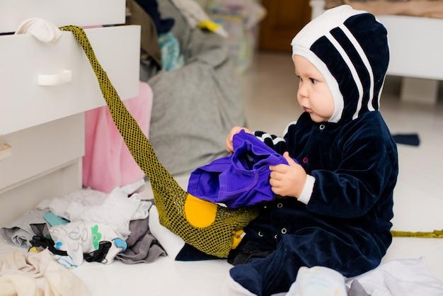 Criança joga roupas