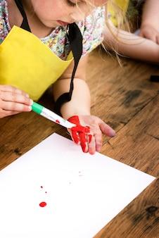 Criança jovem, desfrutando, arte