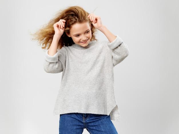 Criança jovem posando com roupas elegantes