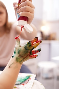 Criança jovem, tocando, com, dedo, tintas