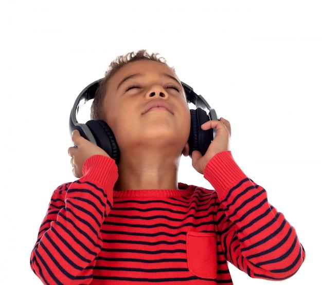 Criança latina com fones de ouvido uma camisola vermelha