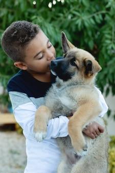 Criança latina, com, seu, cão