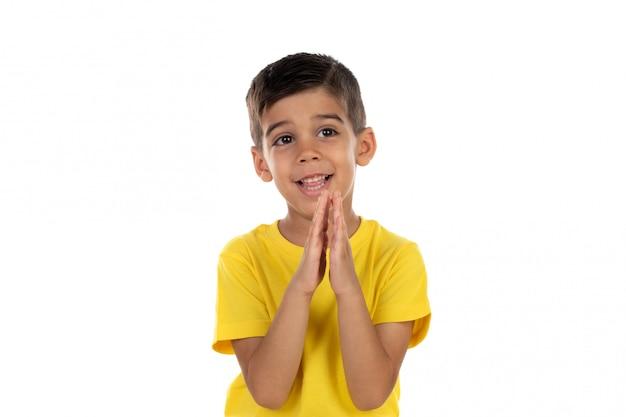 Criança latina rezando