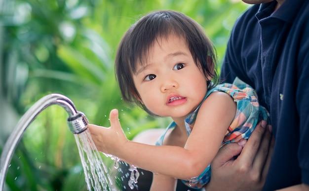 Criança lave as mãos em casa