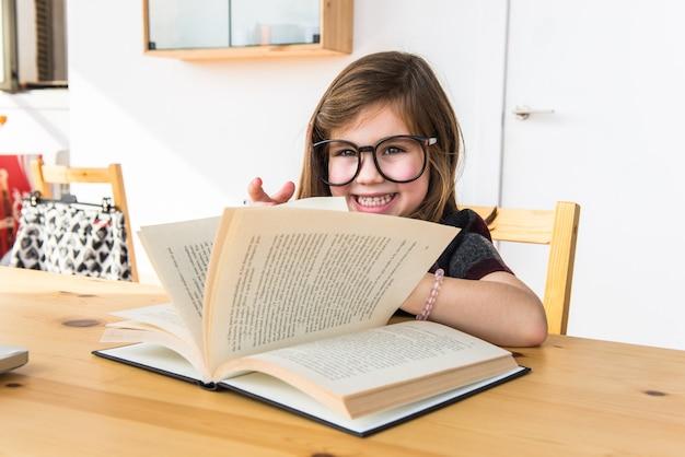 Criança lendo um livro. de volta à escola