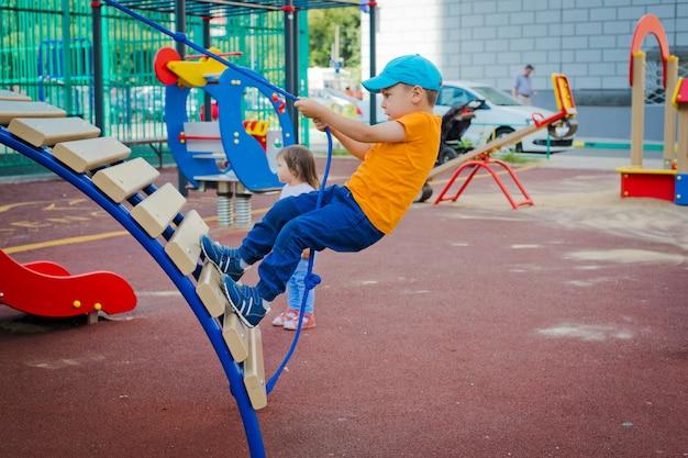 Criança, ligado, ao ar livre, pátio recreio