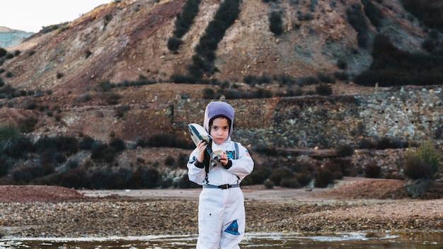 Criança linda em traje espacial