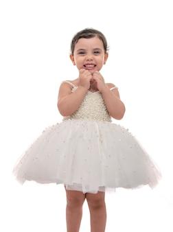 Criança linda em vestido de noiva branco