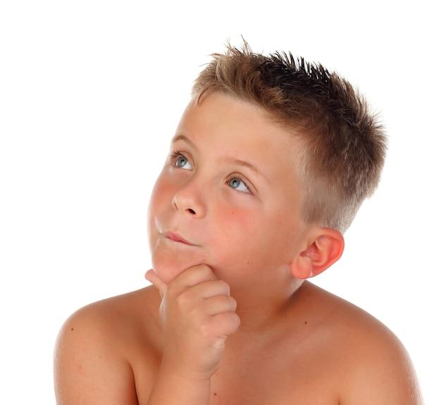 Criança loira pensativa olhando para cima