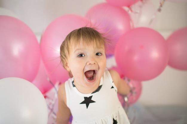 Criança louca com balões, feriado infantil