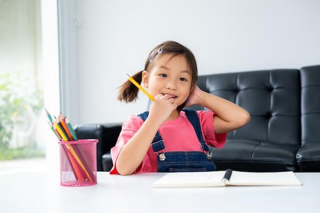 Criança mais jovem asiática aprende e reconhece sozinha em casa