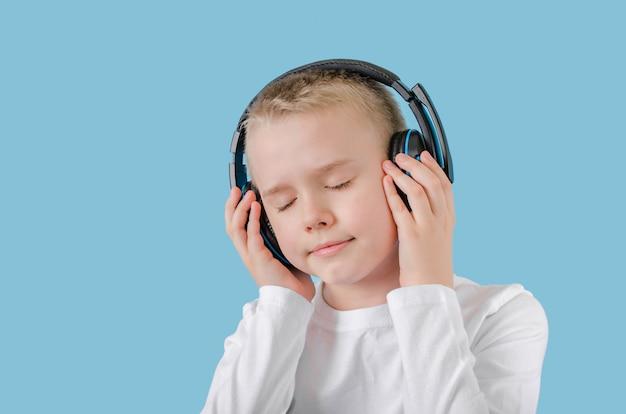 Criança mantenha as mãos nos fones de ouvido